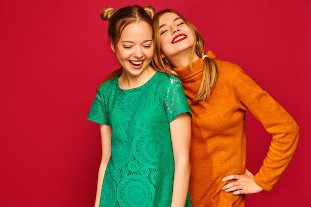 Dos hermosas mujeres jóvenes posando en ropa de moda