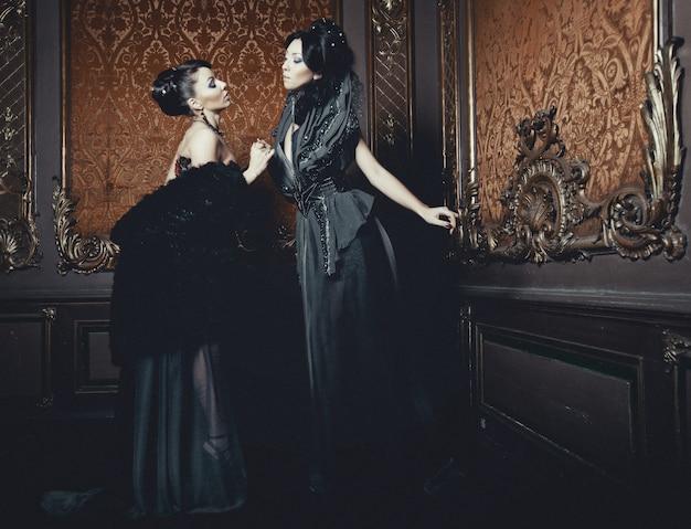 Dos hermosas mujeres jóvenes