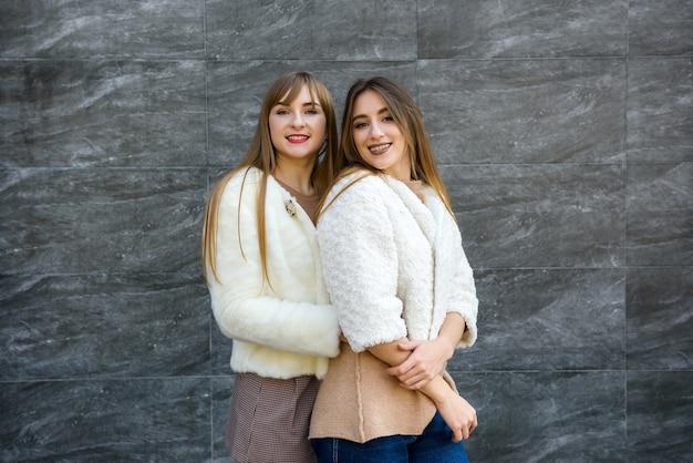 Dos hermosas mujeres en ropa elegante