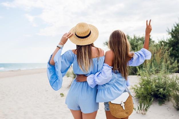 Dos hermosas mujeres rubias en la playa