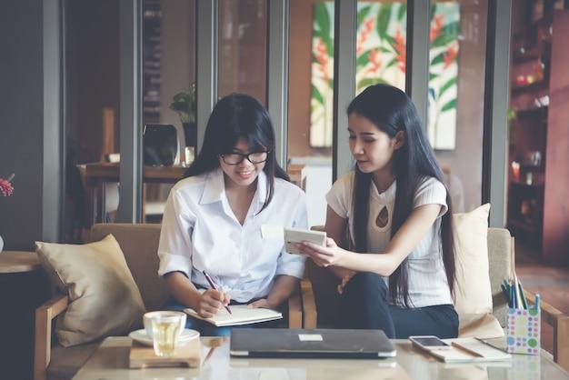 Dos hermosas mujeres trabajando en una cafetería