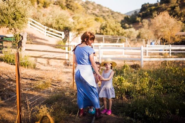 Dos hija con su madre en el campo.