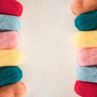 Dos hileras de hilados coloridos