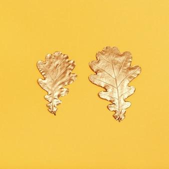 Dos hojas metálicas sobre fondo amarillo