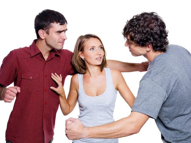 Dos hombres agresivos luchan por la mujer, aislada sobre fondo blanco.