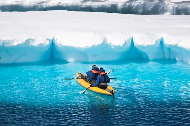Dos hombres en una canoa
