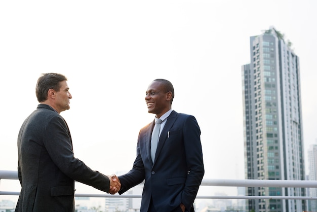 Dos hombres dandose la mano
