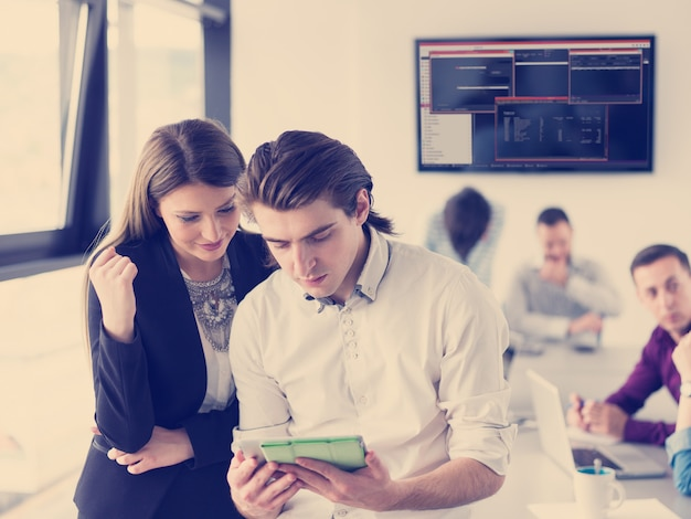 Dos hombres de negocios trabajando con tableta en la oficina