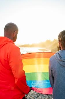 Dos hombres gays sostienen la bandera lgbt