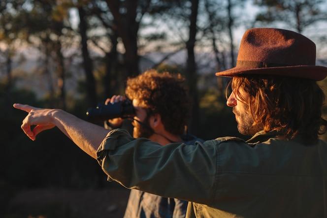 Dos hombres mirando a distancia