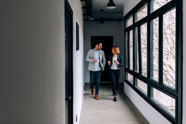 Dos hombres de negocios caminando a la oficina de un descanso.