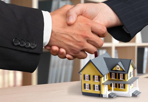 Dos hombres de negocios dándose la mano - bienvenido al negocio