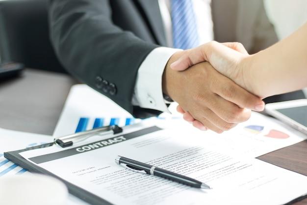 Dos hombres de negocios dándose la mano