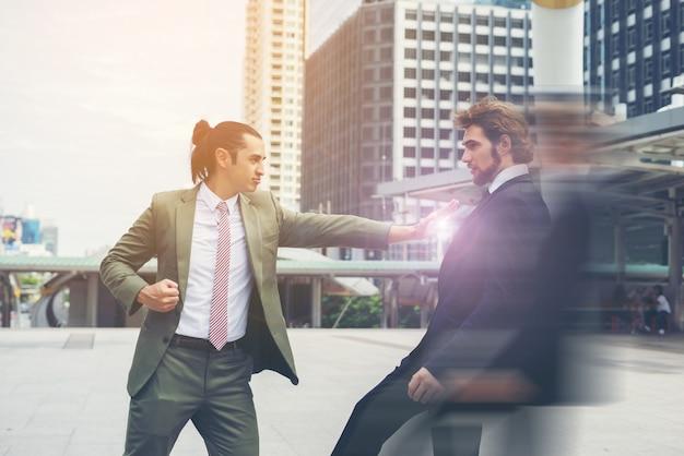 Dos hombres de negocios enojados entre sí tratando de llegar a un acuerdo.