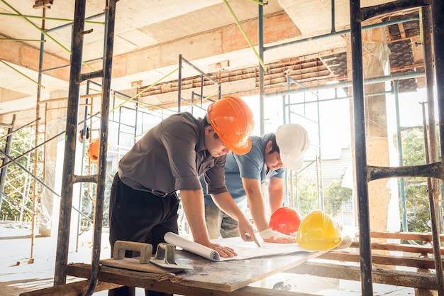 Dos ingeniero de sitio de construcción de hombre de negocios
