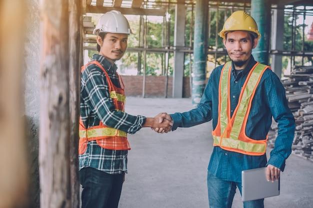 Dos ingenieros se dan la mano para el proyecto de éxito