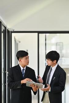 Dos joven empresario consultar y reunión con charla de negocios.
