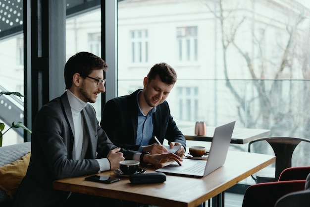 Dos joven empresario tener una reunión exitosa en el restaurante.