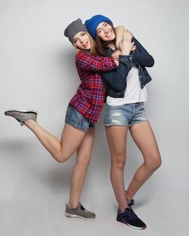 Dos jóvenes amigas divirtiéndose juntos.