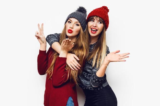 Dos jóvenes amigos alegres en perfecto estado de ánimo pasando tiempo juntos