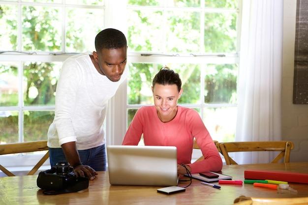 Dos jóvenes artistas de fotos usando una computadora portátil