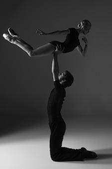 Dos jóvenes bailarines de ballet moderno