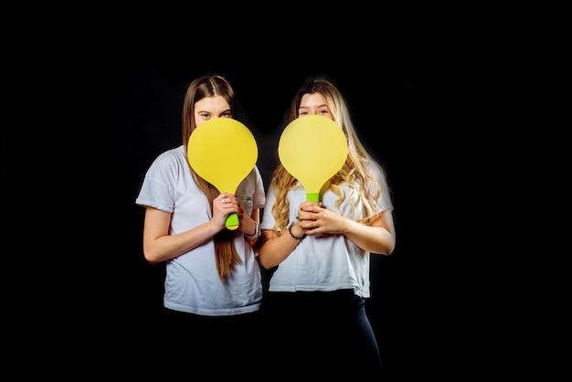 Dos jóvenes caucásicos jovencita jugando bádminton