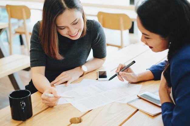 Dos jóvenes empresarias reunión y proceso de trabajo en la oficina