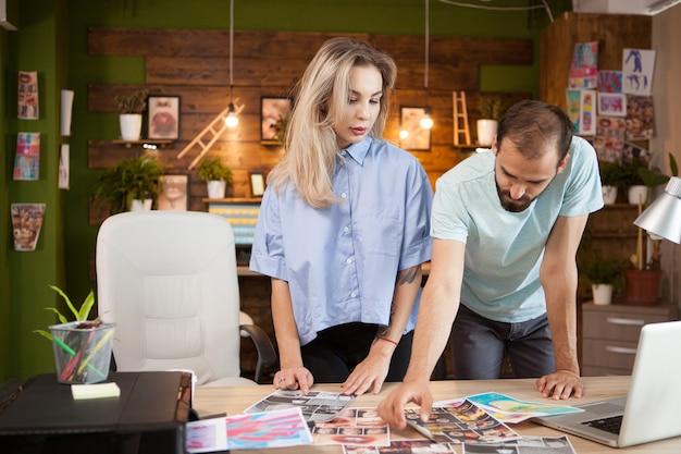 Dos jóvenes empresarios y diseñadores de moda en la oficina moderna creativa.