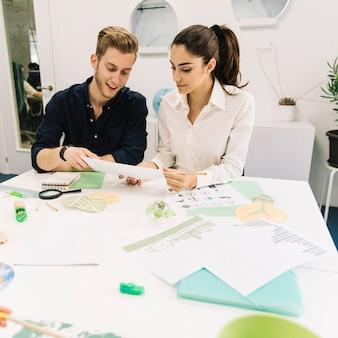 Dos jóvenes empresarios que trabajan en la oficina