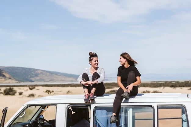Dos jóvenes felices y hermosas se divierten mientras disfrutan de perderse en la naturaleza.