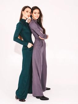 Dos jóvenes hermosas chicas morenas en ropa agradable traje de moda de verano