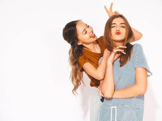 Dos jóvenes hermosas chicas sonrientes en ropa casual de moda de verano. sexy mujer despreocupada. modelos positivos