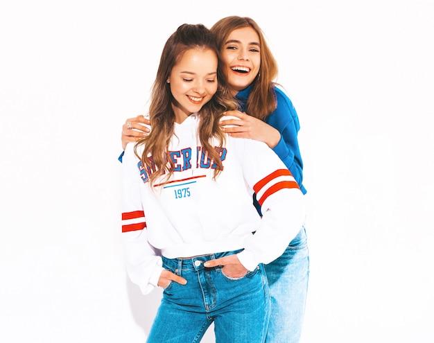 Dos jóvenes hermosas chicas sonrientes en ropa de moda de verano. mujeres despreocupadas modelos positivos