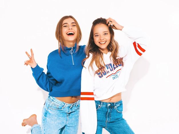 Dos jóvenes hermosas chicas sonrientes en ropa de moda de verano. sexy mujer despreocupada. modelos positivos