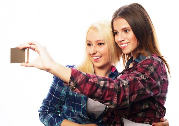 Dos jóvenes mujeres divertidas