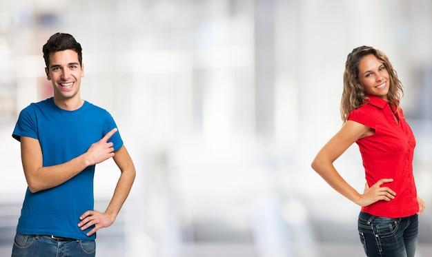 Dos jóvenes que muestran el copyspace entre ellos