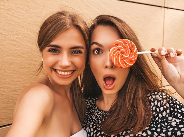 Dos jóvenes sonrientes mujeres hipster en ropa de verano.