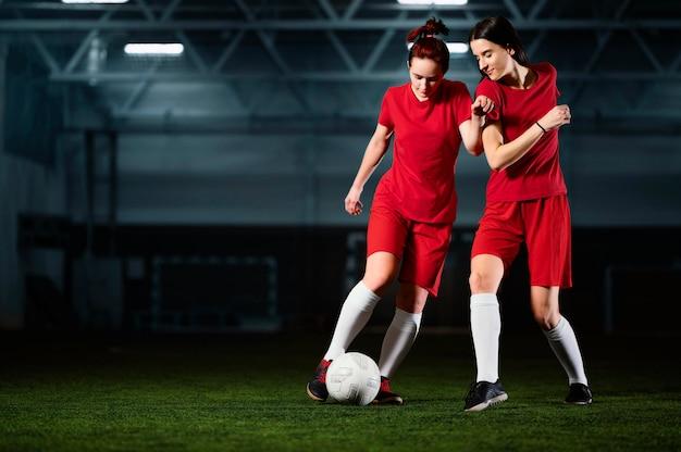 Dos jugadoras de fútbol