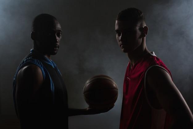 Dos jugadores de baloncesto mirando
