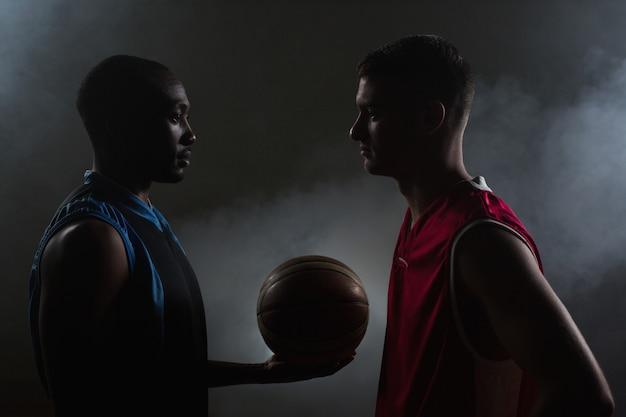 Dos jugadores de baloncesto mirándose