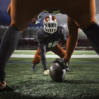 Los dos jugadores de fútbol americano en acción sobre hierba verde y fondo gris.