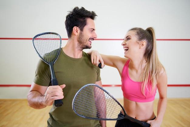 Dos jugadores de squash con raquetas