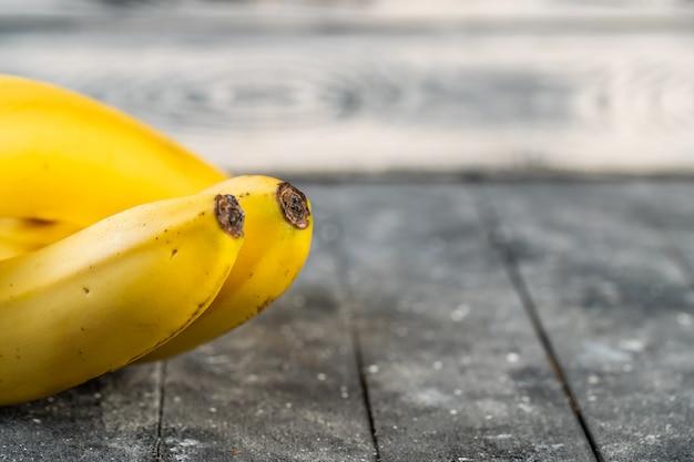 Dos jugosas bananas en una mesa de madera