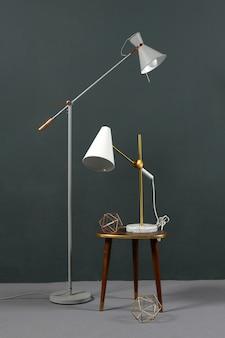 Dos lámparas vintage en ángulo en un interior gris