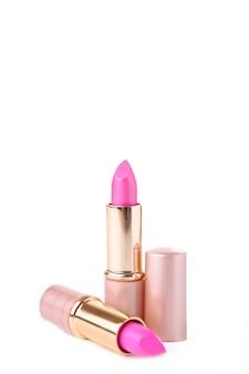 Dos lápices labiales rosados aislados en el fondo blanco