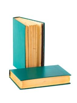 Dos libros antiguos aislados en un blanco