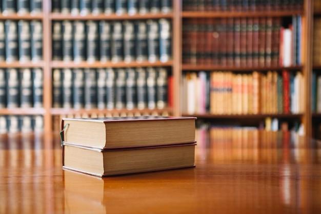 Dos libros en la mesa de la biblioteca