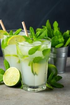 Dos limonada casera con lima