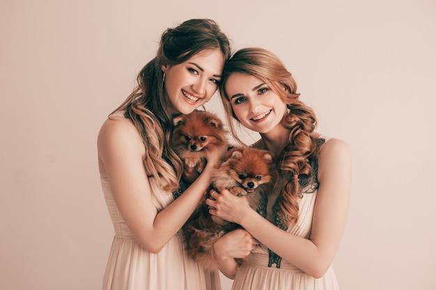 Dos lindas mujeres con sus adorables mascotas.